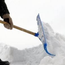 Čišćenje snijega ispred zgrade